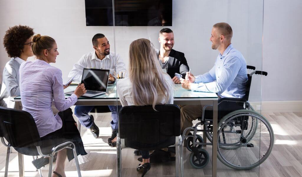Rekrutacja osób niepełnosprawnych. Czy wiesz jak i gdzie poszukiwać odpowiednich kandydatów do pracy? Poznaj 5 zasad, które mogą Tobie pomóc.